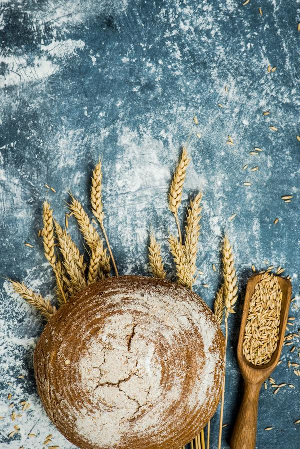 Broodbrood over roggetarwe royalty-vrije stock foto