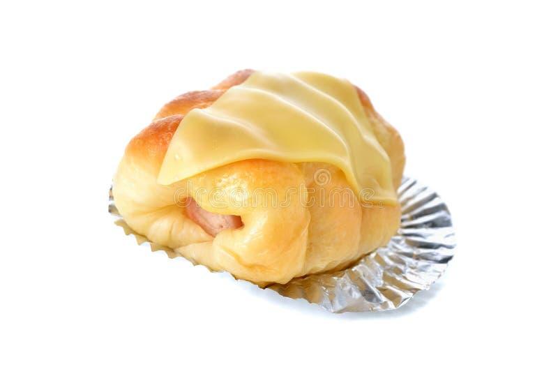 Broodhotdog met kaas op folie met wit royalty-vrije stock afbeelding