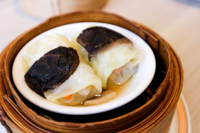 Broodje of gevuld koolbroodje met garnalen royalty-vrije stock foto's