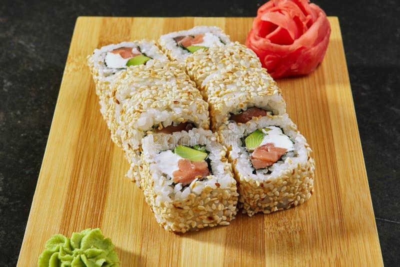 Broodje met Gerookte binnen Zalm, Roomkaas en Avocado stock afbeelding