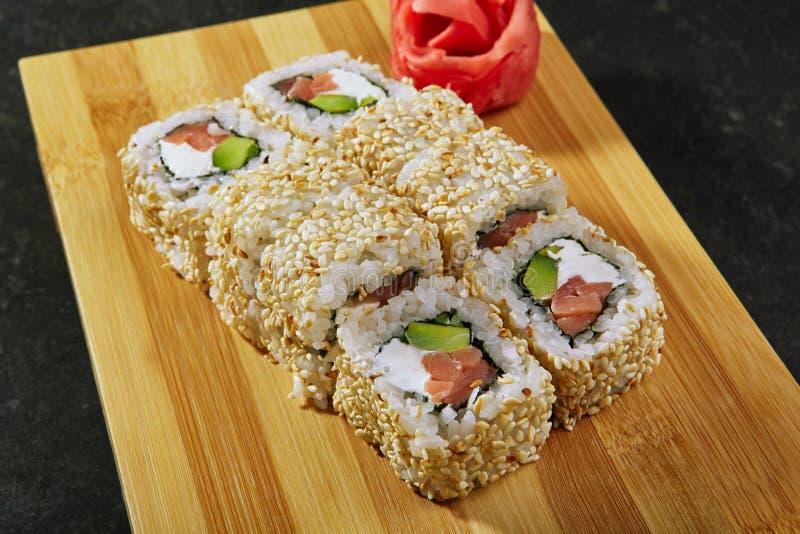 Broodje met Gerookte binnen Zalm, Roomkaas en Avocado stock foto