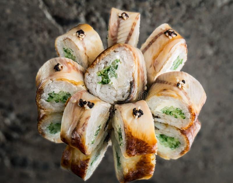 Broodje met gerookte paling, roomkaas en komkommer royalty-vrije stock foto's
