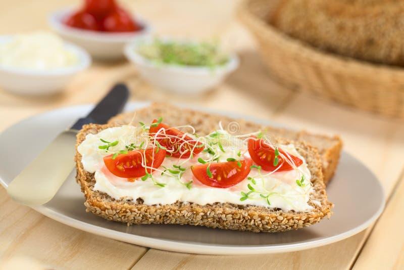 Broodje met Roomkaas, Tomaat en Spruiten royalty-vrije stock foto's