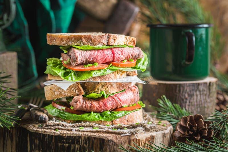 broodje met rundvlees, tomaten en sla royalty-vrije stock afbeelding