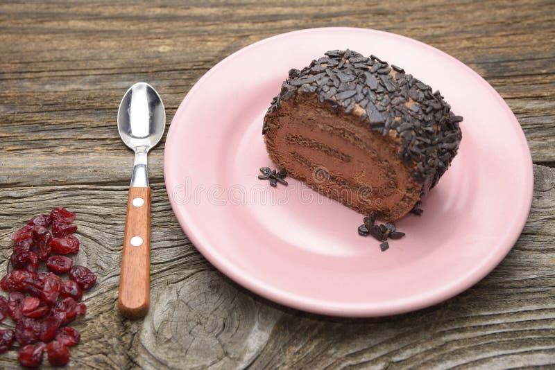 Broodje van chocoladecake met Amerikaanse veenbes stock afbeelding