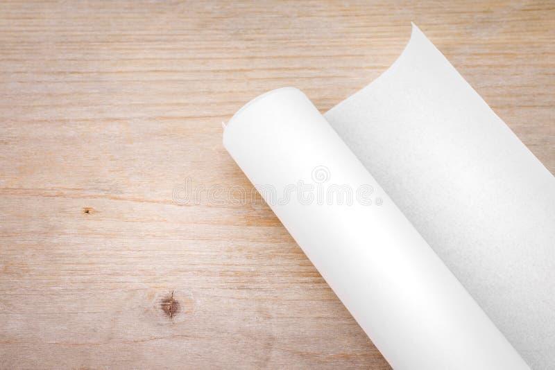 Broodje van document op houten lijstachtergrond Ingenieursblauwdruk voor het ontwerpwerk Leeg document voor uw ontwerp stock afbeelding