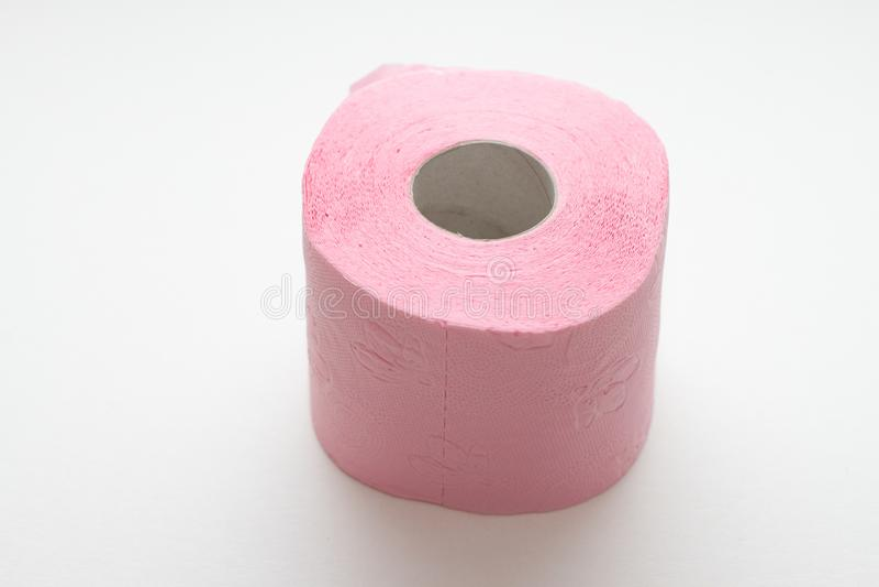 Broodje van roze die toiletpapier op witte achtergrond wordt ge?soleerd stock afbeelding