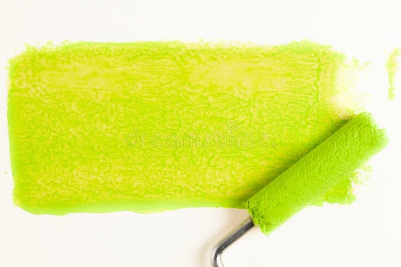 Broodje voor verf en groen spoor op muur Het concept van de reparatie royalty-vrije stock afbeeldingen
