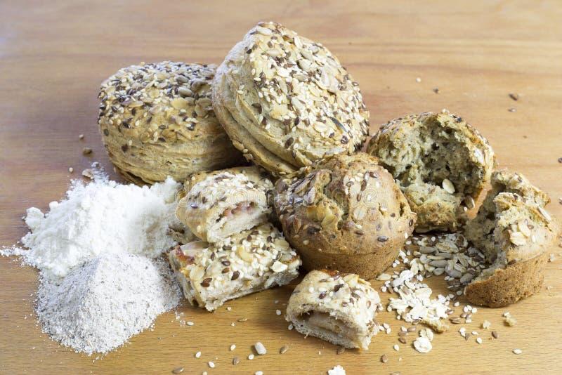 Broodjes die van Wholewheat en Boekweitbloem met Zonnebloemzaden, Vlas en Sesam worden gemaakt royalty-vrije stock foto's