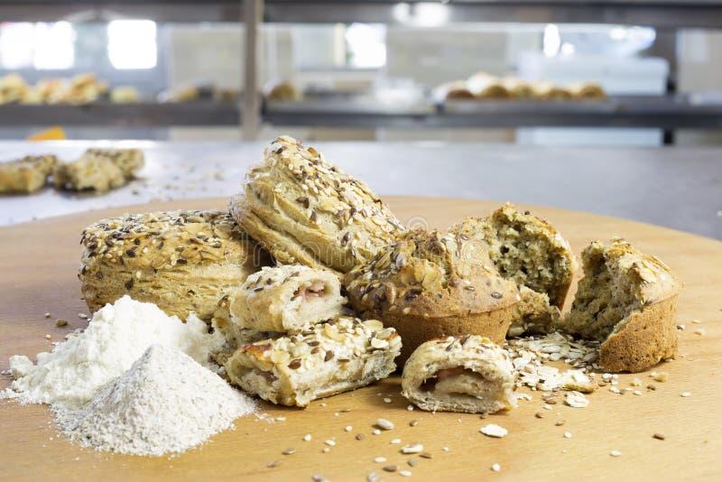 Broodjes die van Wholewheat en Boekweitbloem met Zonnebloemzaden, Vlas en Sesam worden gemaakt royalty-vrije stock foto