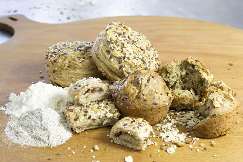 Broodjes die van Wholewheat en Boekweitbloem met Zonnebloemzaden, Vlas en Sesam worden gemaakt stock foto's