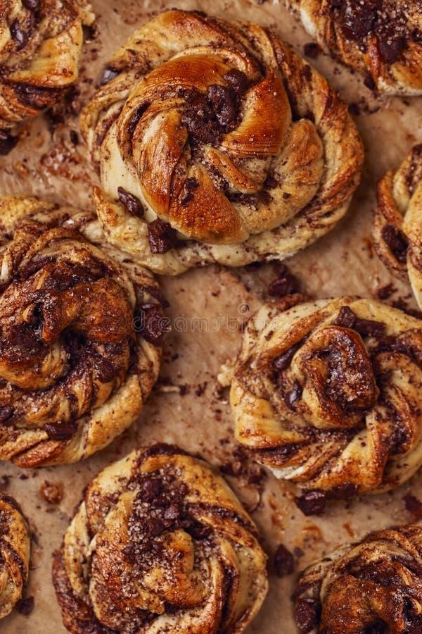 Broodjes met chocolade en kaneel als concept van het cakevoedsel Hoogste mening Sluit omhoog beeld royalty-vrije stock foto