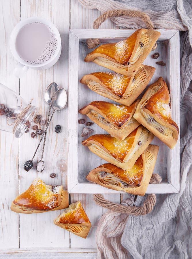 Broodjes met gestremde melk en rozijnen royalty-vrije stock afbeelding