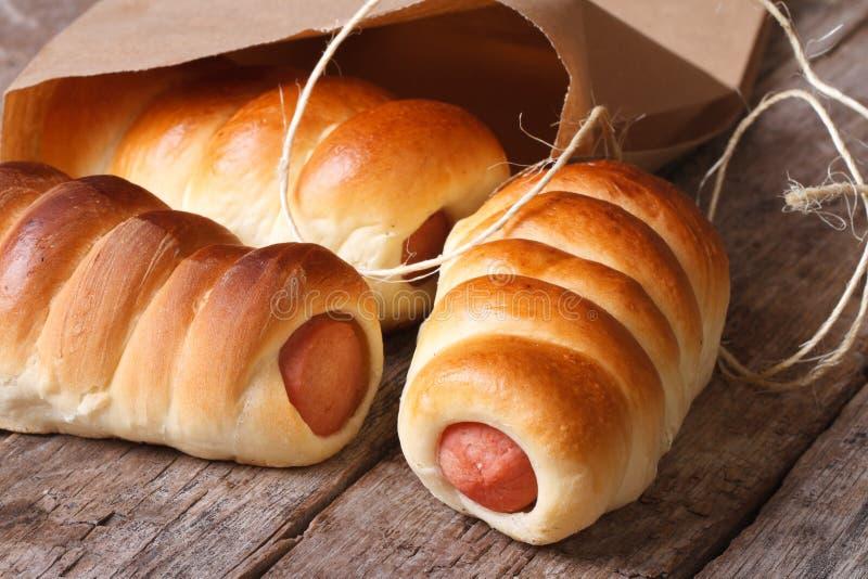 Broodjes met horizontaal worstclose-up uitgepakt document stock afbeeldingen