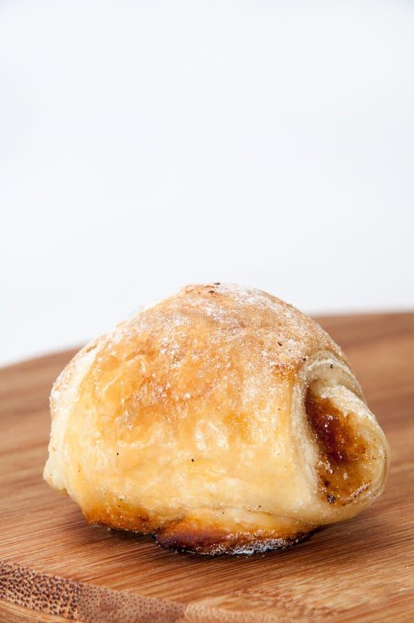 Broodjes met jam en bestrooid met poedersuiker op een keukenbeer stock foto