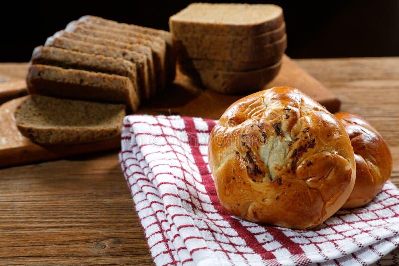 Broodjes met paddestoelen en zwart brood royalty-vrije stock foto's