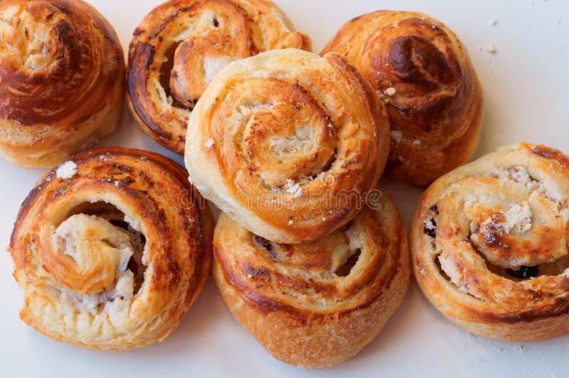 Broodjes van bladerdeeg, krullende broodjes met kaas, kaas gebakken bladerdeeg stock afbeelding