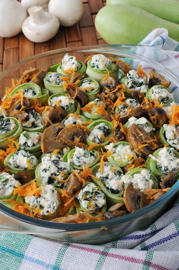 Broodjes van de courgette vulden met ricotta en spinazie en paddestoelen stock afbeeldingen