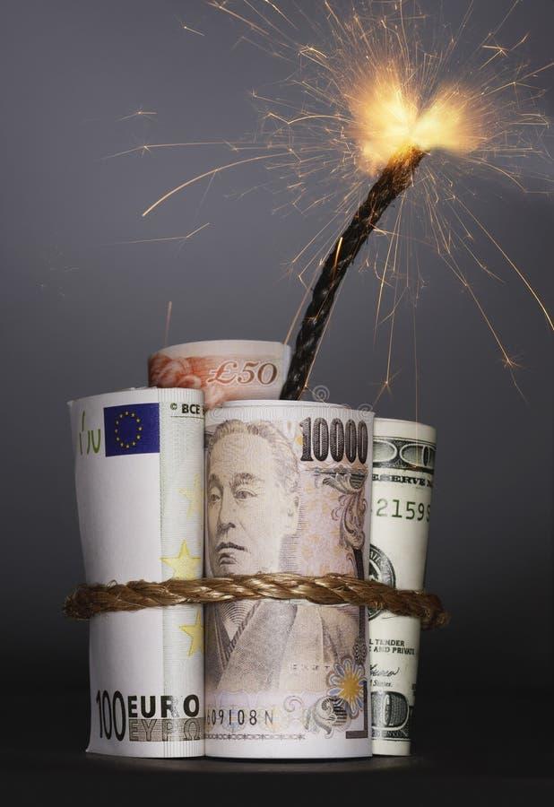 Broodjes van geld die dynamiet met aangestoken zekering in studio symboliseren royalty-vrije stock foto's