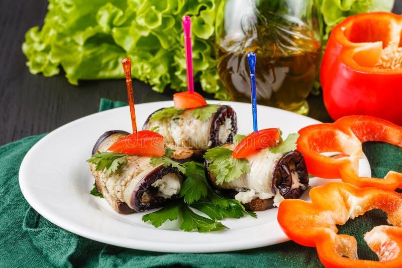 Broodjes van geroosterde plakken van aubergine met feta-kaas en tomaat en Tzatziki-sausclose-up royalty-vrije stock afbeeldingen