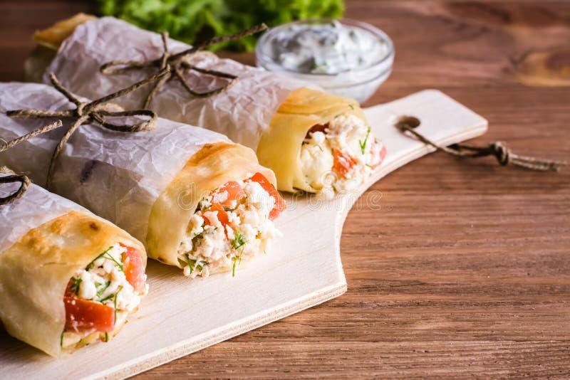 Broodjes van pitabroodje met feta, kip en tomaat stock afbeeldingen