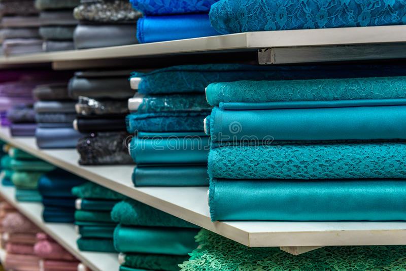 Broodjes van stof en textiel in een een bedrijfswinkel of opslag royalty-vrije stock afbeelding