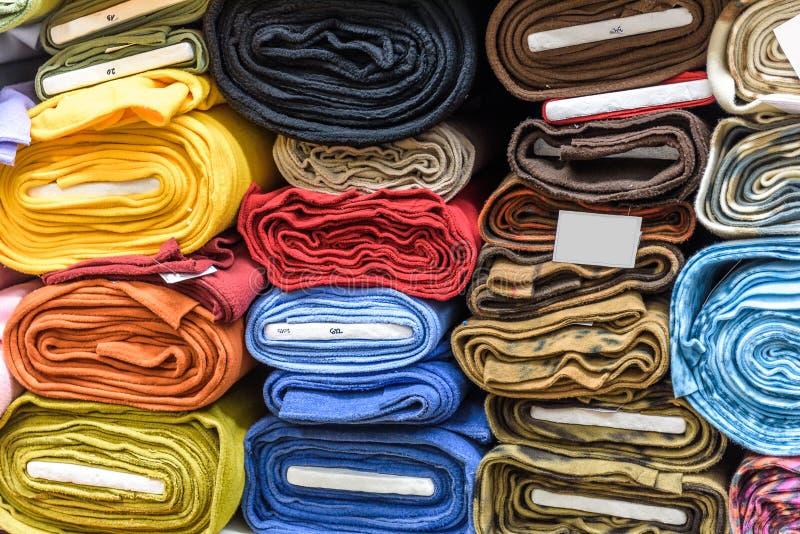 Broodjes van stof en textiel in een een bedrijfswinkel of opslag stock foto's