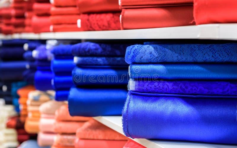 Broodjes van stof en textiel in een een bedrijfswinkel of opslag stock afbeelding