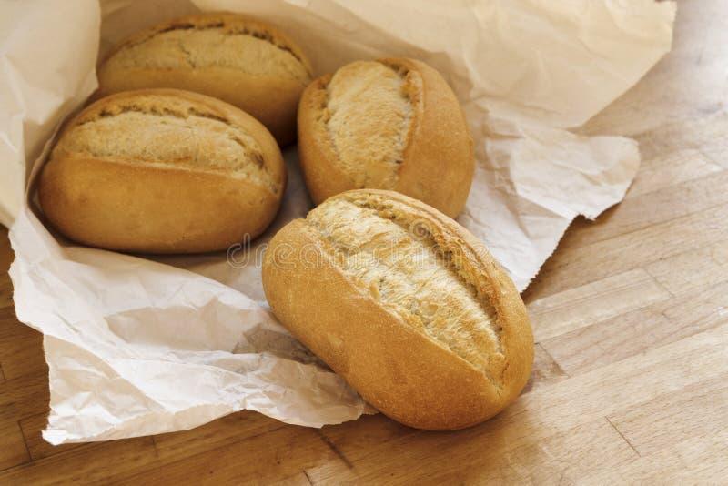 Broodjes of broodjes voor ontbijt vers van de bakkerij in een whi royalty-vrije stock foto