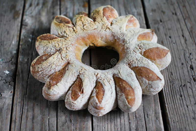 Broodkroon, artisanaal gevormd roggebrood stock foto