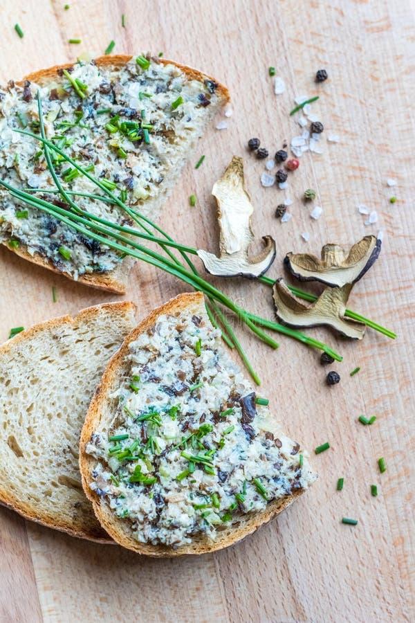 Broodplakken met uitgespreid, bieslook, paddestoel en specerij royalty-vrije stock afbeeldingen