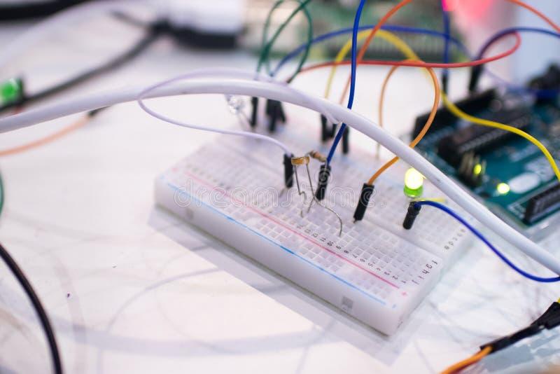 Broodplank en microcontroller met kring en lichte sensor ST stock afbeeldingen