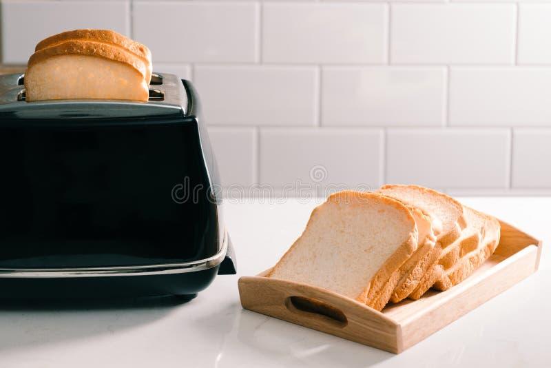 Broodrooster geroosterd broodblad die yummy voor ochtendmaaltijd kijken stock afbeeldingen