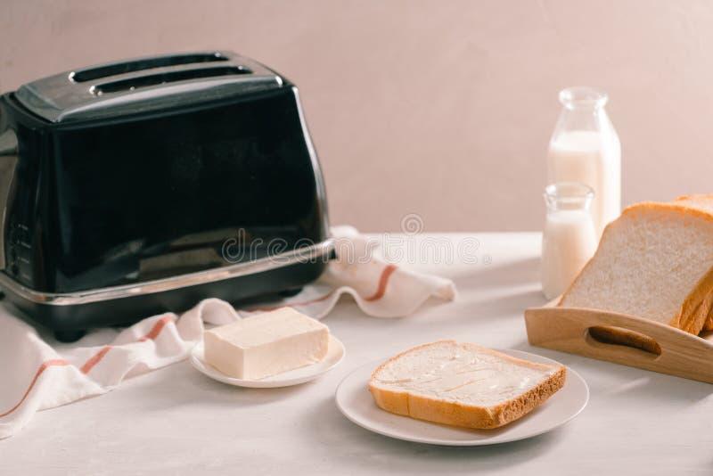 Broodrooster geroosterd broodblad die yummy voor ochtendmaaltijd kijken stock foto