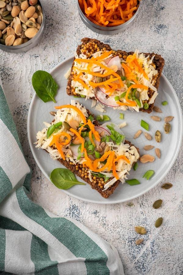 Broodsandwich met kaas en groenten; gezond ontbijt; vegetarisch voedsel royalty-vrije stock foto
