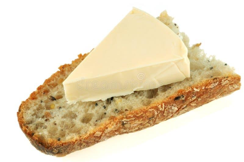 Broodtoost met kaas op een witte achtergrond wordt uitgespreid die stock foto