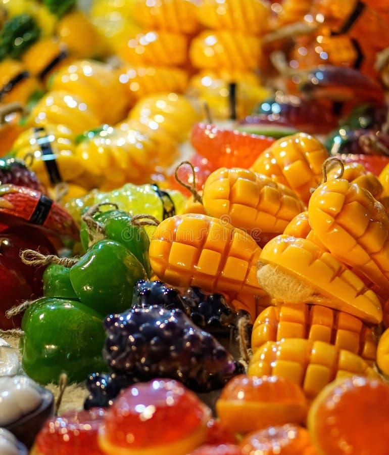 Broodzeep en gesneden in gele mango's en andere vruchten stock foto's