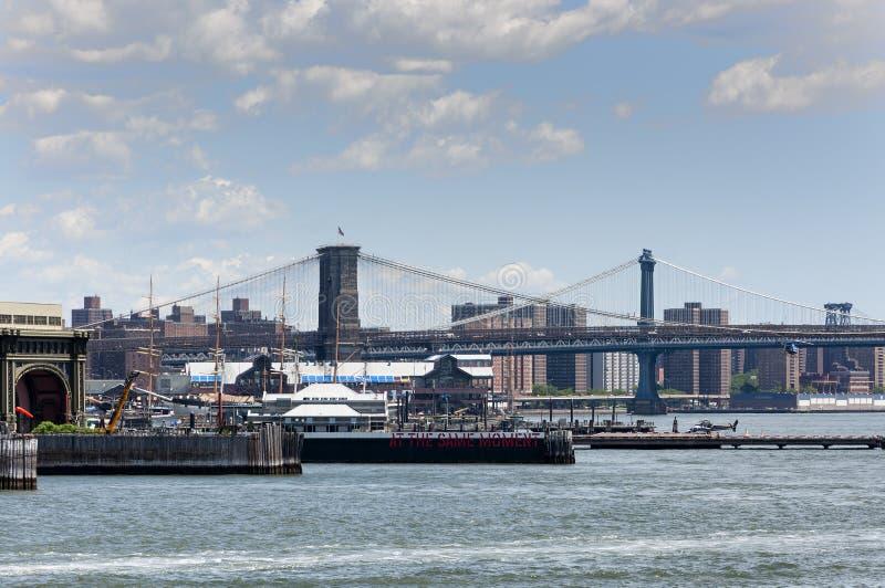 Brooklin和曼哈顿桥梁的看法从哈得逊河的在纽约 库存图片