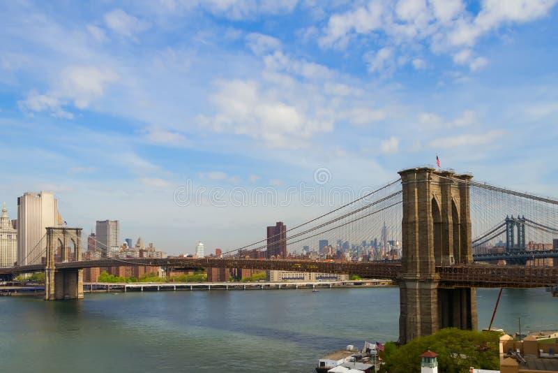 Brooklyn-Brücke über East River sah von New York City zum Lower Manhattan an stockfotografie