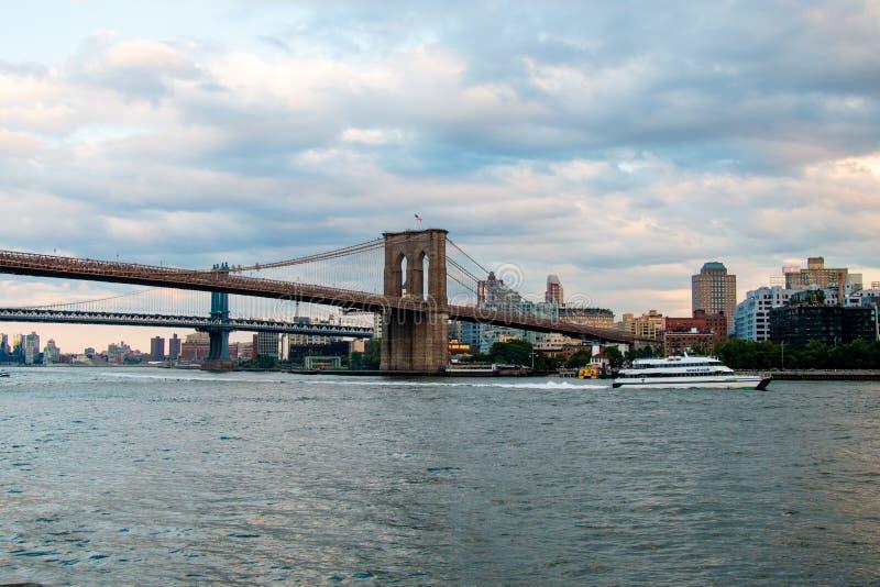 Brooklyn-Brücke, East River, Bootsfahrt, New York, Manhattan stockfotografie