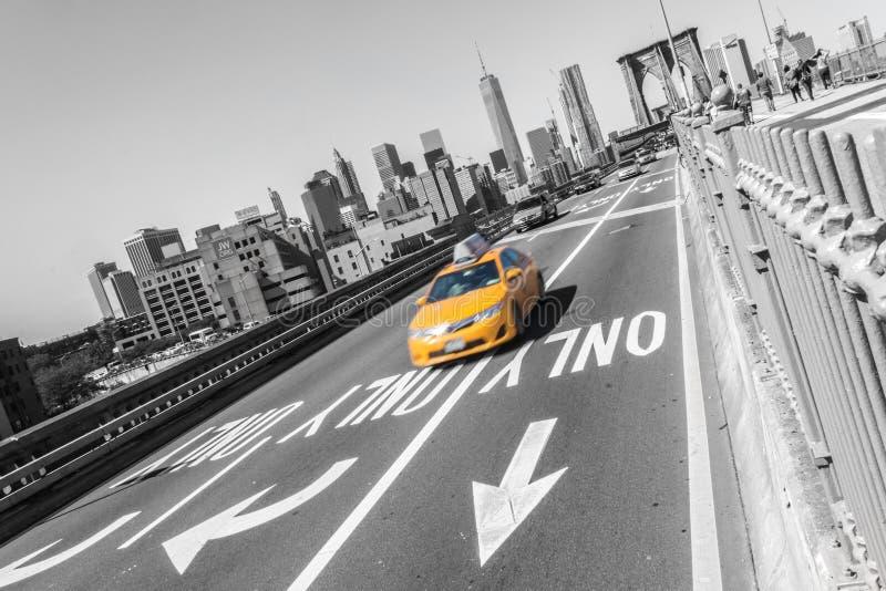 Brooklyn-Brücke mit gelbem schnellem Taxiauto auf New York City NYC lizenzfreies stockfoto