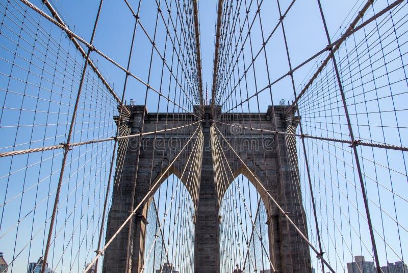 Brooklyn-Brücke in New York City mit blauem Himmel stockfotografie