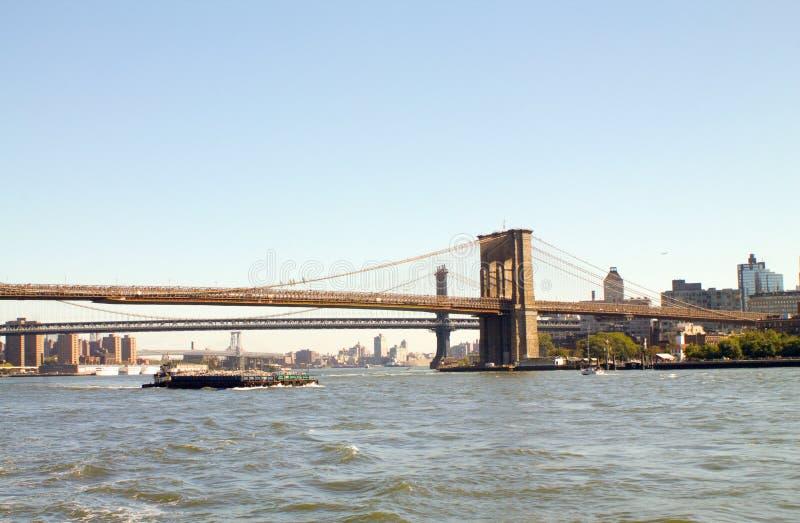 Brooklyn-Brücke in New York von einem Boot stockfotos