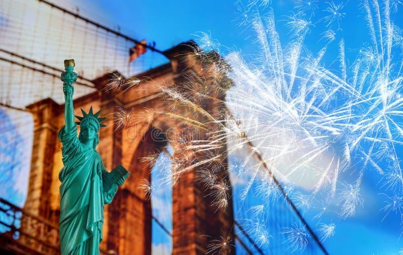 Brooklyn-Brücke, Tribut im Licht und das Freiheitsstatue an den Nachtlichtern, New York City stockbilder