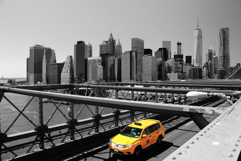 Brooklyn-Brücke u. gelbes Taxi, New York, USA lizenzfreie stockfotografie