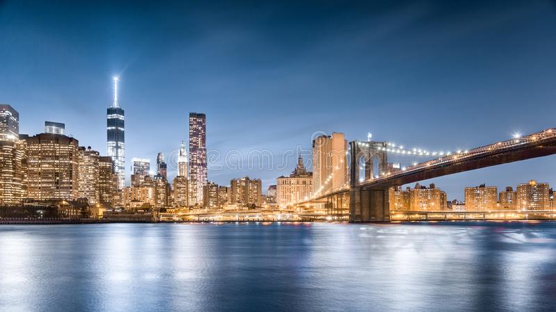 Brooklyn-Brücke und Freedom Tower nachts, Lower Manhattan, Ansicht vom Brooklyn-Brücken-Park in New York City stockfoto