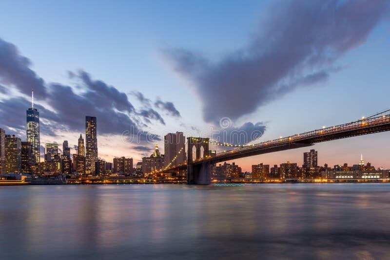 Brooklyn-Brücke und im Stadtzentrum gelegenes New York City im schönen Sonnenuntergang lizenzfreies stockfoto