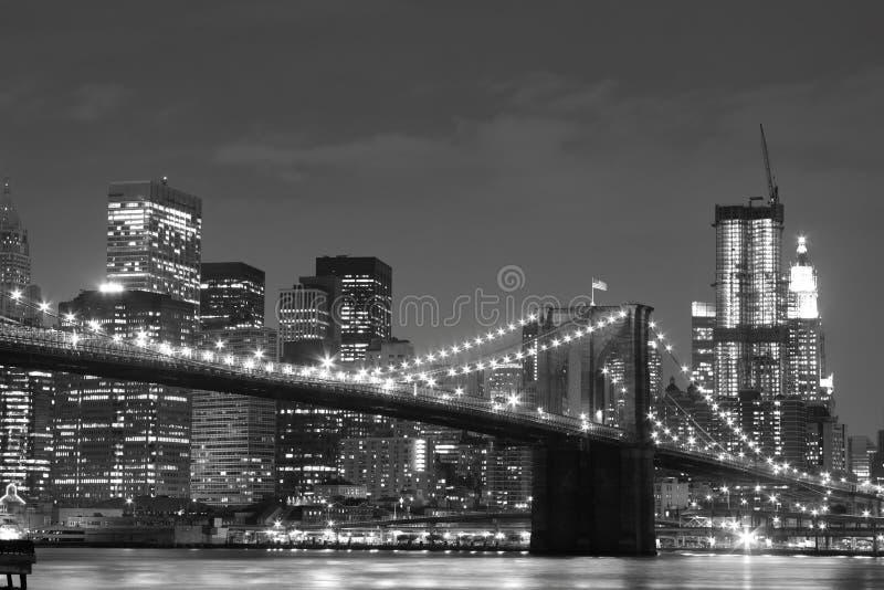 Brooklyn-Brückeen- und Manhattan-Skyline nachts stockfotos