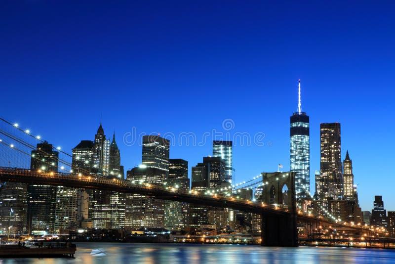 Brooklyn-Brückeen- und Manhattan-Skyline nachts lizenzfreie stockfotos