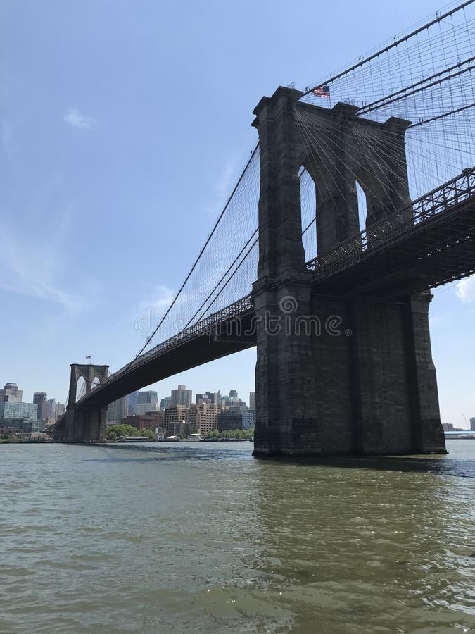 Brooklyn-Brücken-Sommeransicht von Manhattan lizenzfreie stockfotografie